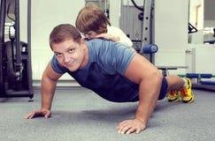 Отец и сын делают спорт Стоковая Фотография