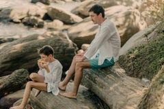 Отец и сын играют на утесах стоковые фотографии rf