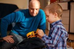 Отец и сын играют с уроками машин игрушек с ребенком стоковое фото rf