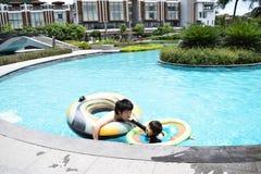отец и сын играя на бассейне лета Стоковые Фотографии RF
