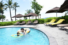 отец и сын играя на бассейне лета Стоковая Фотография