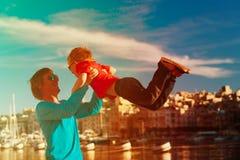 Отец и сын играя на набережной Мальты Стоковая Фотография RF