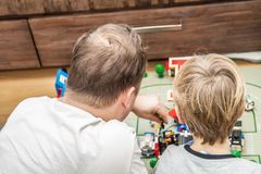 Отец и сын играя с пластичными блоками стоковое фото rf