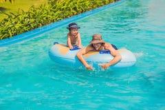 Отец и сын имеют потеху на аквапарк Стоковое фото RF