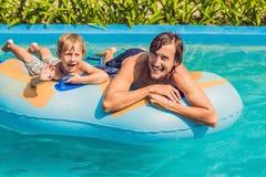Отец и сын имеют потеху на аквапарк Стоковые Фотографии RF