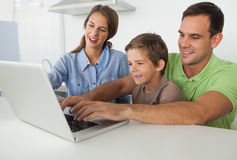 Отец и сын используя компьтер-книжку Стоковая Фотография