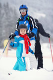 Отец и сын, катаясь на лыжах в зиме, мальчик уча кататься на лыжах, идущ Стоковое Изображение