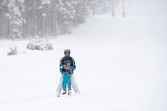 Отец и сын, катаясь на лыжах в зиме, мальчик уча кататься на лыжах Стоковые Изображения RF