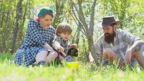 Отец и сын матери Американская жизнь фермы - время весны Счастливая семья фермера имея потеху на жизни eco поля весны акции видеоматериалы