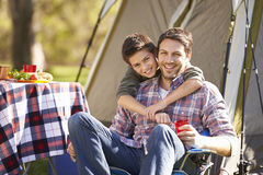 Отец и сын наслаждаясь располагаясь лагерем праздником Стоковые Изображения