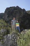 Отец и сын на горах смотря один другого Стоковые Фото