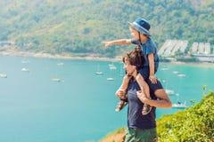 Отец и сын на заднем плане накидки Promthep и пляжа Yanui phuket Таиланд Путешествовать с концепцией детей стоковое фото