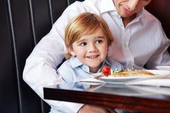 Отец и сын на обеденном столе Стоковая Фотография RF