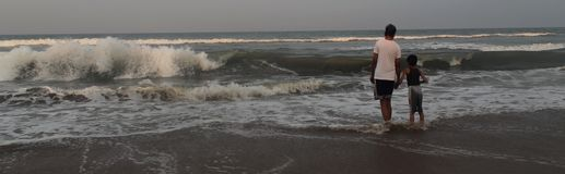 Отец и сын на пляже стоковая фотография