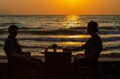 Отец и сын на пляже стоковое фото rf