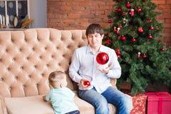 Отец и сын на предпосылке интерьера рождества Стоковое Фото