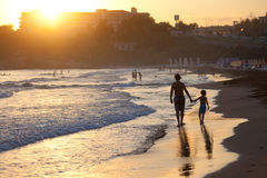 Отец и сын на пляже на заходе солнца Стоковое Изображение RF