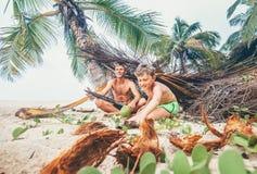 Отец и сын построили хату на пляже и игры в Robinzones Стоковое Изображение RF