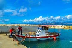 Отец и сын получая на рыбацкую лодку Стоковая Фотография