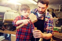Отец и сын при зубило работая на мастерской Стоковое фото RF