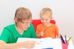 Отец и сын рисуя совместно Стоковые Изображения RF