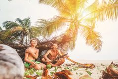 Отец и сын сидят в selfmade хате ветвей и игре в Робине Стоковое Фото