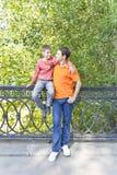 Отец и сын смотрят каждые другие Стоковое Фото