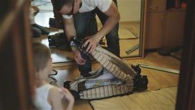 Отец и сын собирая вашгерд видеоматериал