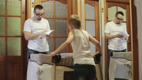 Отец и сын собирая вашгерд сток-видео
