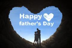 Отец и сын стоя в пещере стоковое изображение rf