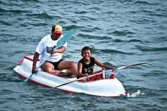 Отец и сын с каное на Lebih приставают к берегу, Бали Стоковое Фото