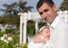 Отец и newborn ребёнок стоковая фотография rf