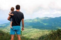 Отец и sone наслаждаясь взглядом, Маврикием Стоковые Фотографии RF