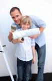отец мальчика его домашний портрет восстанавливая Стоковое фото RF