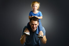 отец мальчика его маленький портрет Стоковое фото RF