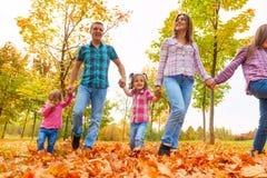 Отец матери и семья 3 маленьких девочек Стоковые Фотографии RF