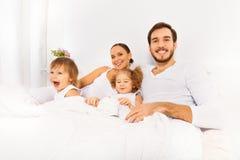 Отец, мать и 2 дет в утре Стоковая Фотография RF