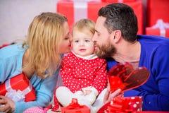 Отец, мать и ребенок doughter красный цвет поднял Красные коробки Любовь и доверие в семье бородатые человек и женщина с стоковое фото rf