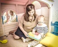 Отец, мать и сын играют с кассовым аппаратом игрушки Стоковое Изображение