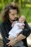 отец младенца вручает newborn s Стоковые Изображения