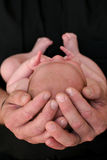 отец младенца вручает s Стоковая Фотография