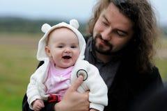 отец младенца его детеныши Стоковые Фотографии RF