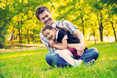 Отец обнимая дочь в парке стоковая фотография rf