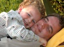 отец обнимая сынка Стоковые Изображения RF
