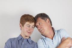 отец обнимая сынка Стоковая Фотография