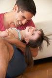 Отец ослабляя дома с дочью Стоковые Изображения RF