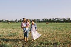 Отец, дочь и беременная будут матерью наслаждаться жизнью внешней в поле Стоковые Изображения