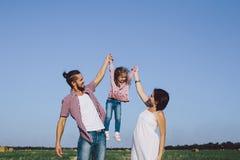 Отец, дочь и беременная будут матерью наслаждаться жизнью внешней в поле Стоковое Фото