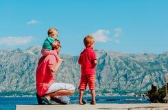 Отец перемещения семьи при 2 дет в горах Стоковые Изображения