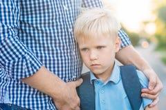 Отец поддерживая его сына Стоковые Фотографии RF